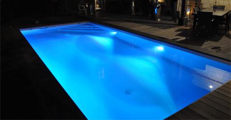 Spot éclairage de piscine à Led Multicouleurs Bleu sur liner gris clair