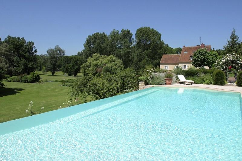 Installation de piscine d bordement ext rieure dans les for Piscine exterieure