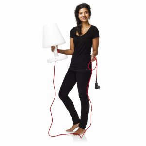 Femme portant dans les mains The Medium, la lampe Medium de la collection Edinson