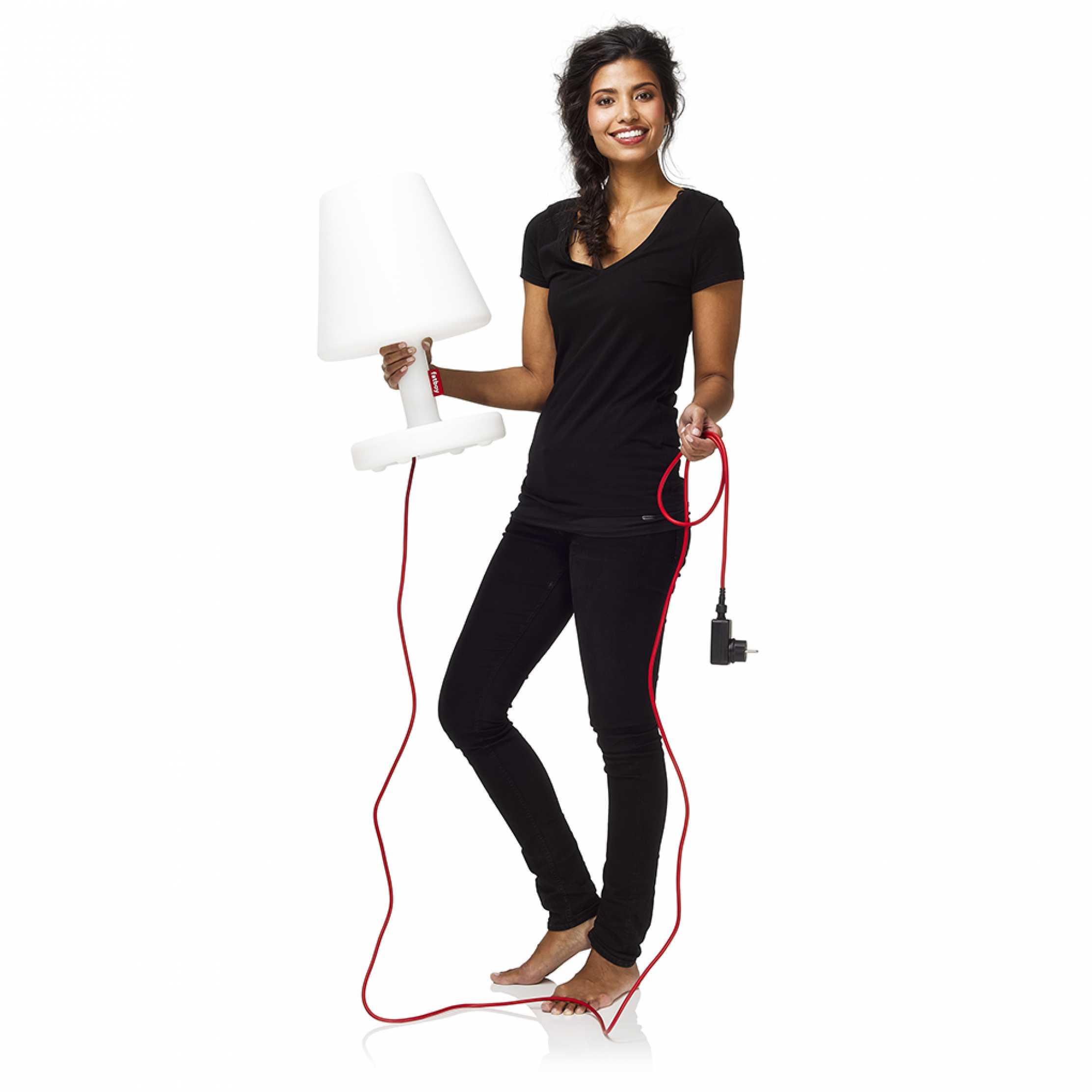 Femme portant dans les mains The Medium, la lampe Medium de la collection Edinson
