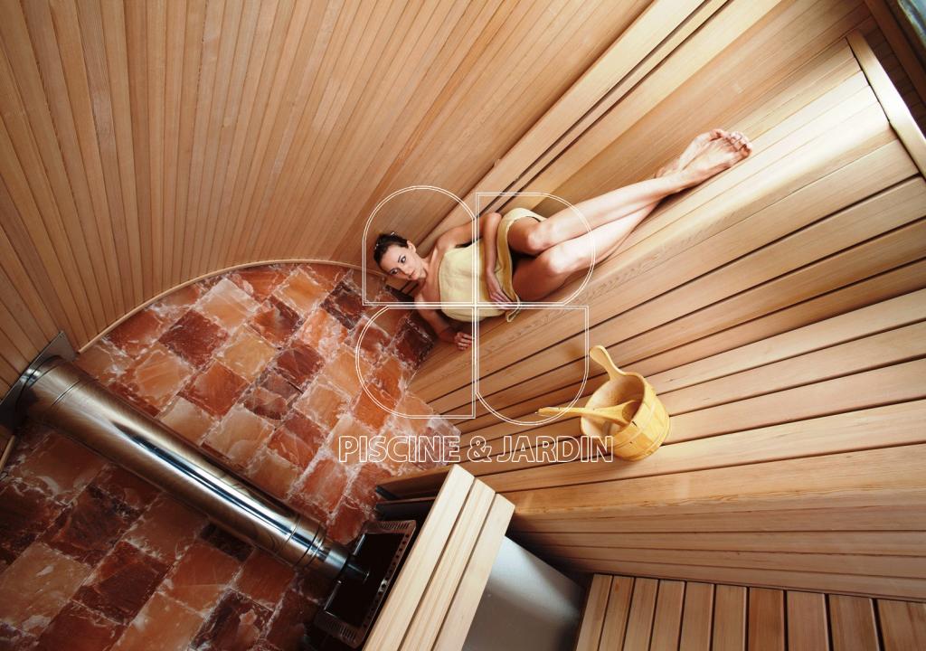 d couvrez les vertus apaisante d 39 un sauna dans votre maison avec piscine jardin. Black Bedroom Furniture Sets. Home Design Ideas