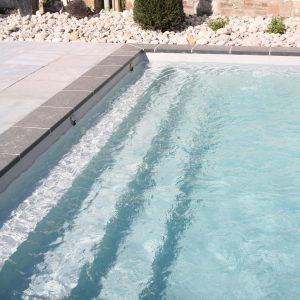 Escalier toute largeur de piscine avec liner gris clair