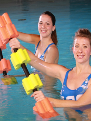 Barre de gym aquatique avec modules en forme de vague.