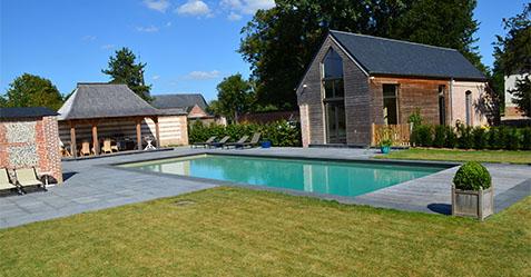 Création d'une piscine a esprit familial avec pool house et bains de soleil - PISCINE ET JARDIN AMIENS 80