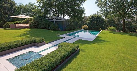 Intégration d'une piscine dans un environnement paysagé dans le Nord 59 - Piscine et Jardin LILLE 59