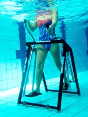 La marche nordique en eau permet de travailler les jambes et les bras en simultané.